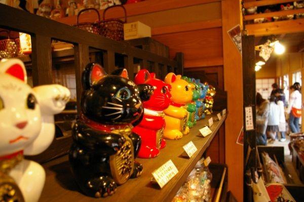 いろんな色や形の招き猫、宝くじに効果がありそうな招き猫は何色?